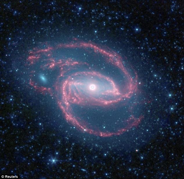 Galaxia NGC 1097 es de 50 millones de años luz de distancia con forma de ojo.