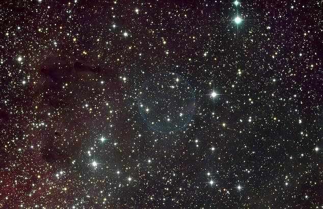 La formación de la burbujas de jabón fue causado después de que  una gran nube esférica de gas fue expulsado de cada polo de la vieja estrella.
