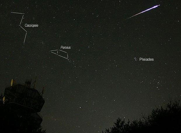 Imagen de un meteoro (la estela incandescente) que deja tras su paso el meteoroide (partícula que atraviesa la atmósfera terrestre). Aparecen señaladas las constelaciones de Casiopea y Perseo; ésta última es la que da nombre a la lluvia de estrellas de las Perseidas.