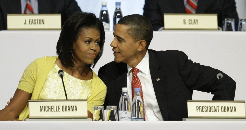 Decepción: la primera dama de EE.UU. Michelle Obama parece sombría de cara sentada al lado de su esposo, el Presidente Barack Obama, durante la presentación de Chicago 2016