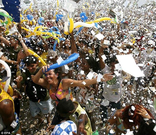 La multitud se enloquece - entre globos y serpentinas- cuando  se enteran que su ciudad ganó la candidatura olímpica.