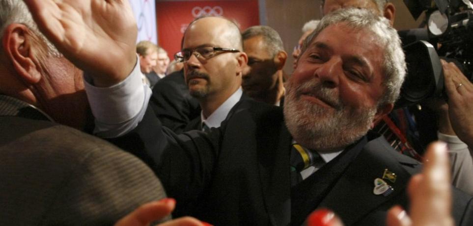 El presidente brasileño, Luis Inácio Lula da Silva es felicitado por el  resultado anunciado.